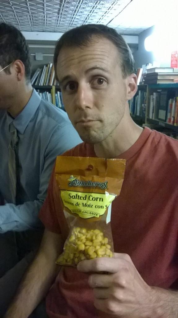 Alberto François con maíz tostado.
